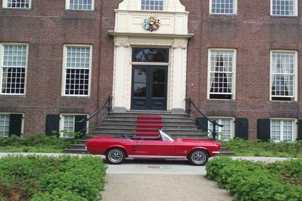 Rode mustang cabrio kleurt mooie bij de rode loper