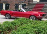 Een rode cabrio huren als trouwauto