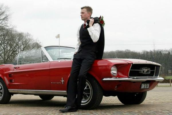 De Bruidengom voelt zich helemaal goed bij deze Ford Mustang
